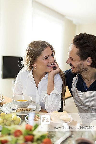 Freunde amüsieren sich  essen gemeinsam zu Mittag  Pärchen flirten am Tisch