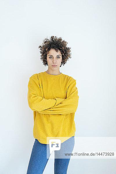 Porträt einer selbstbewussten Frau im gelben Pullover