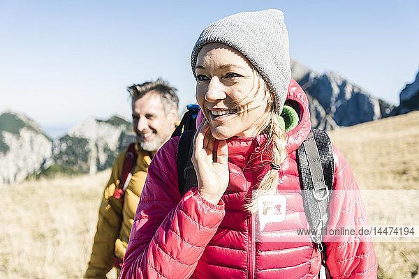 Österreich  Tirol  lächelndes Paar beim Wandern in den Bergen