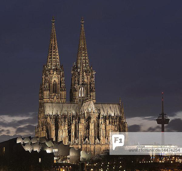 Deutschland  Köln  beleuchtetes Museum Ludwig  Kölner Dom und Fernsehturm in der Abenddämmerung