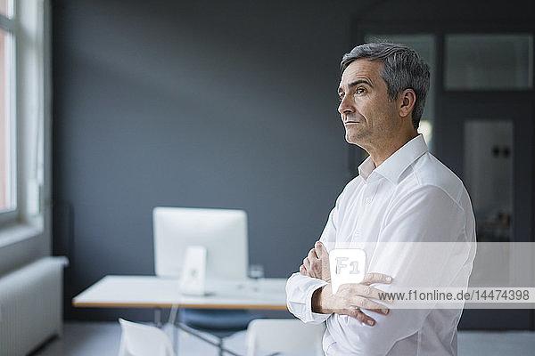 Geschäftsmann im Büro denkt