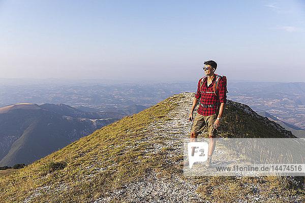 Italien  Monte Nerone  Wanderer auf dem Gipfel eines Berges mit Panoramablick