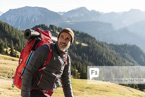 Erwachsener Mann wandert in den Bergen