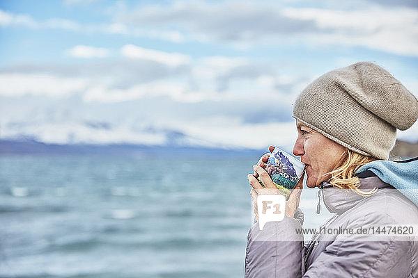 Chile  Torres del Paine-Nationalpark  Frau trinkt aus Becher am Lago Paine