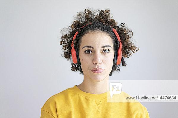 Porträt einer Frau mit Kopfhörern