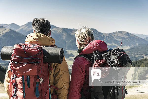 Österreich,  Tirol,  Rückansicht eines aussichtsreichen Paares auf einer Wanderung in den Bergen
