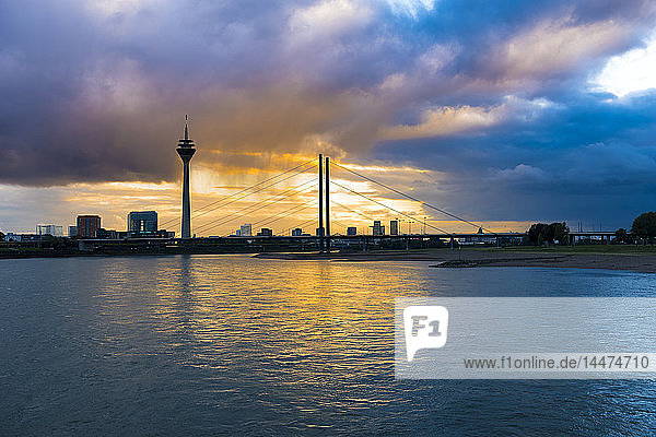 Deutschland  Düsseldorf  Oberkasselbrücke mit Medienhafen und Fernsehturm im Hintergrund