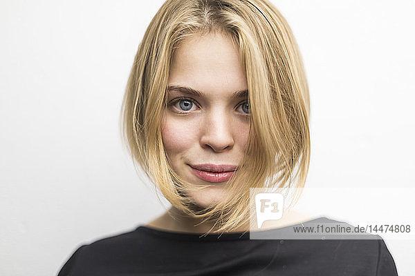 Bildnis einer blonden jungen Frau mit Bob-Frisur