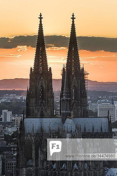 Deutschland  Köln  Ostseite des Kölner Doms bei Sonnenuntergang