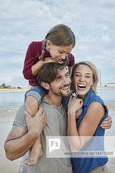 Deutschland  Düsseldorf  glückliche Familie mit Tochter am Rheinufer