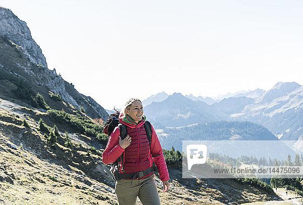 Österreich  Tirol  lächelnde Frau auf einer Wanderung in den Bergen