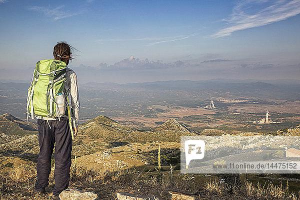 Griechenland  Peloponnes  Arkadien  Lykaion  Mann genießt die Aussicht vom Berg Profitis Ilias