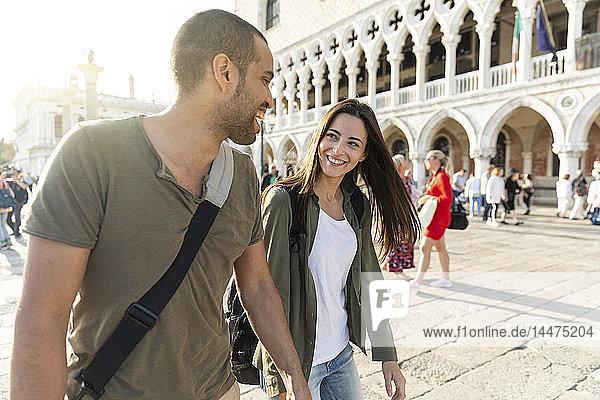 Italien,  Venedig,  glückliches Touristenpaar genießt die Stadt bei Sonnenuntergang