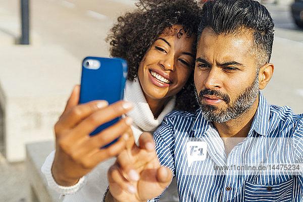 Paare  die sich im Freien ein Selfie machen