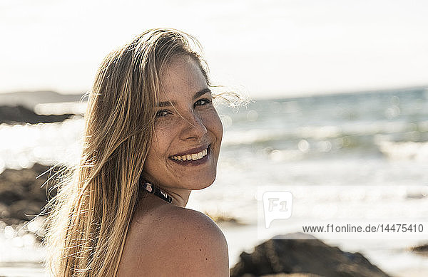 Porträt eines glücklichen jungen Omans am Strand