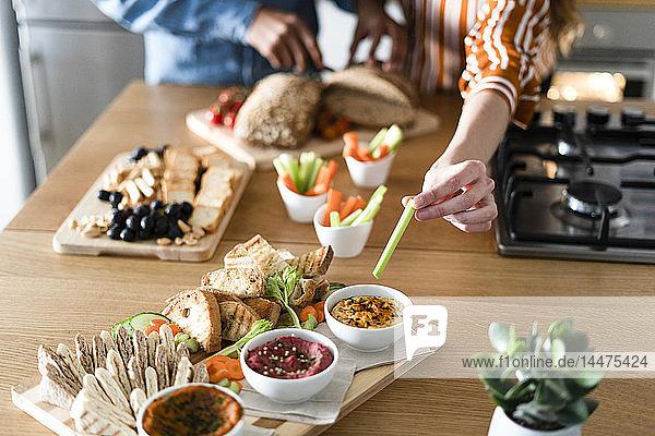 Paar bei der Vorbereitung der Dinner-Party  Handgarnierung von Dips