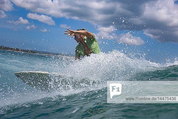 Indonesien  Bali  Strand von Kuta  Surfer