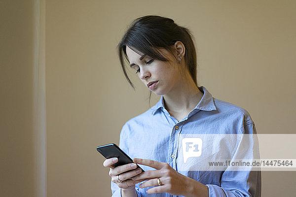 Junge Frau mit Smartphone  Porträt