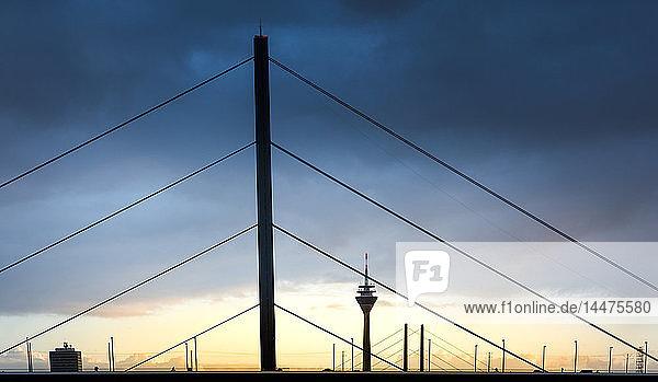Deutschland  Düsseldorf  Oberkasselbrücke mit Fernsehturm im Hintergrund in der Dämmerung