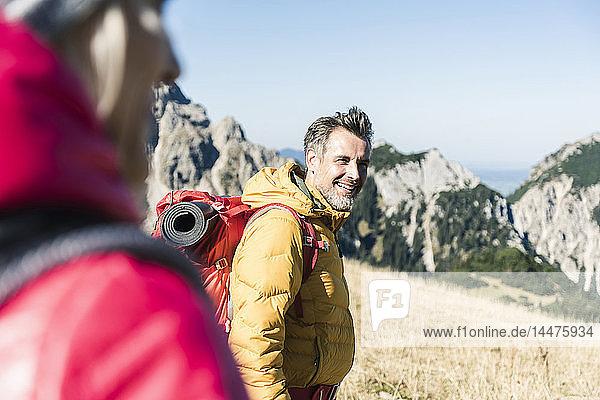 Österreich  Tirol  lächelnder Mann mit Frau beim Wandern in den Bergen