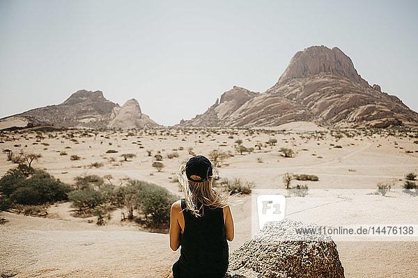 Namibia  Spitzkoppe  Rückansicht einer Frau  die auf Ansicht schaut