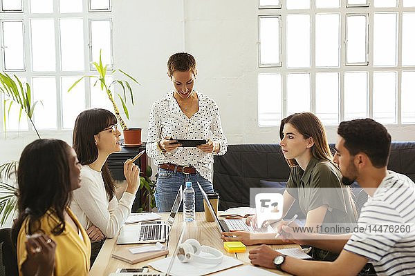 Kollegen arbeiten zusammen am Schreibtisch im Büro