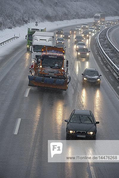 Deutschland  Autobahn im Winter  vereiste Straße und Verkehr