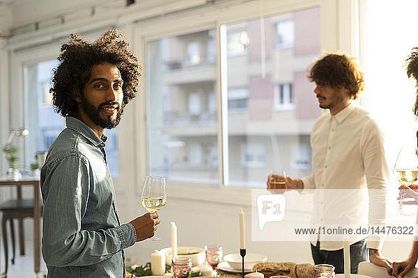Freunde trinken Wein bei einer Dinner-Party
