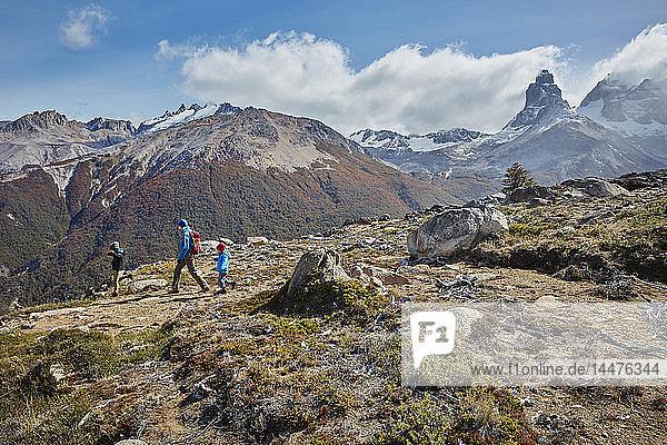 Chile  Cerro Castillo  Mutter mit zwei Söhnen auf einer Wanderung in den Bergen