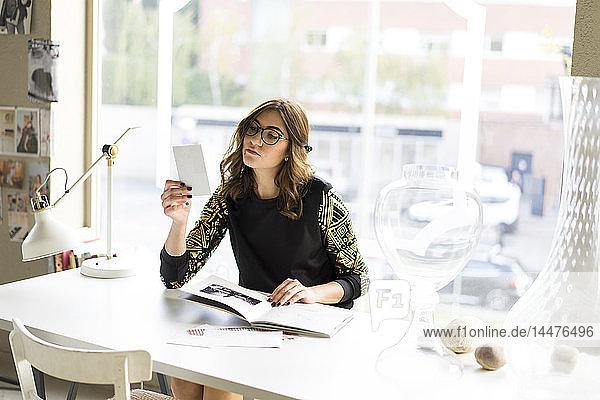 Porträt eines jungen Designers bei der Arbeit in einem Atelier