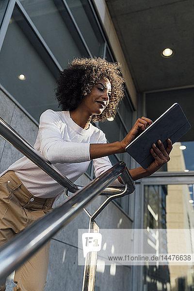 Junge Gelegenheits-Geschäftsfrau benutzt Smartphone