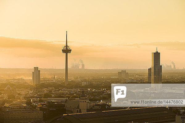 Deutschland  Köln  Silhouette des Uni-Centers  Fernsehturm und Kölner Turm im Morgengrauen