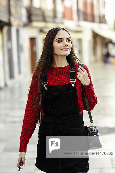 Porträt einer modischen jungen Frau in der Stadt