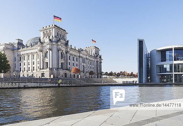 Deutschland  Berlin  Regierungsviertel  Reichstagsgebäude  Paul-Loebe-Haus und an der Spree