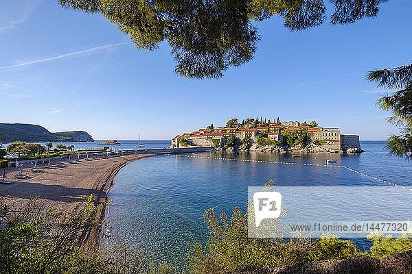 Montenegro  Adriaküste  Hotelinsel Sveti Stefan und Strand  in der Nähe von Budva
