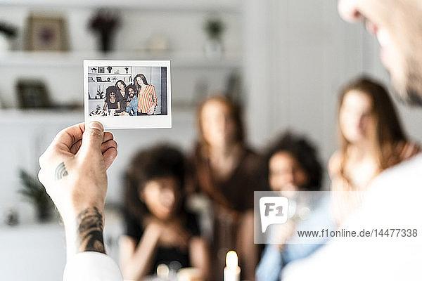 Freunde machen ein Gruppenfoto als Erinnerung an eine Dinner-Party