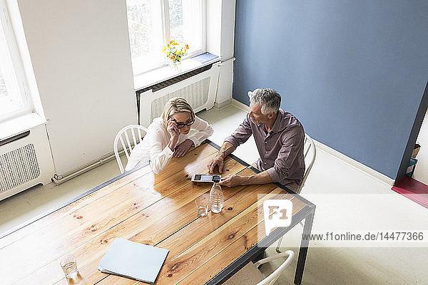 Reifere Paare verwenden Tabletten zu Hause