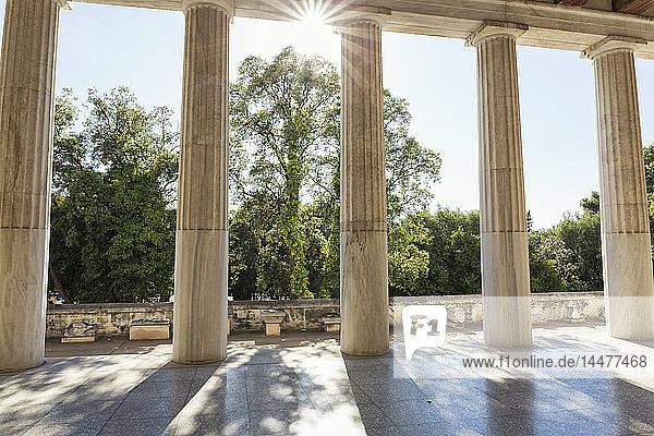 Griechenland  Athen  Antike Agora  Sonnenstrahlen zwischen den Säulen der Stoa des Attalos