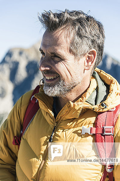 Österreich  Tirol  Porträt eines lächelnden Mannes auf einer Wanderung in den Bergen