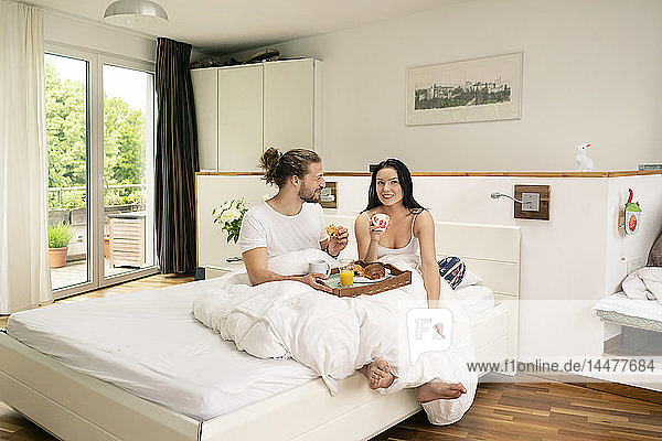 Liebespaar beim Frühstück im Bett