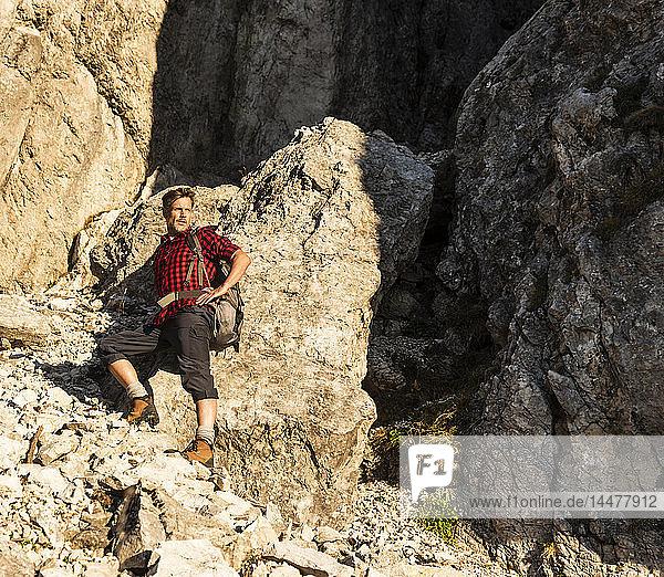 Erwachsener Mann steht in den Bergen  Bergsteigen in Österreich