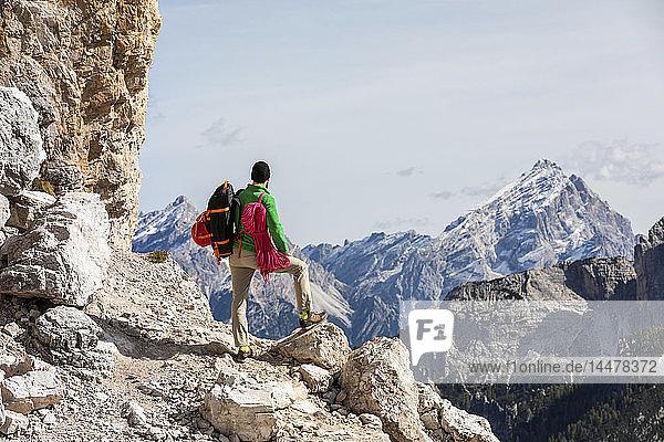 Italien  Cortina d'Ampezzo  Mann mit Seil und Kletterausrüstung im Blick