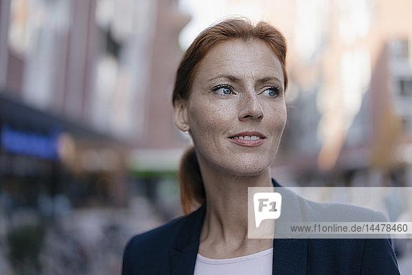 Porträt einer Geschäftsfrau unter freiem Himmel in der Stadt