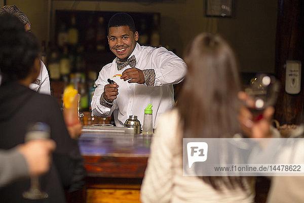 Barkeeper macht Getränke in einer Bar