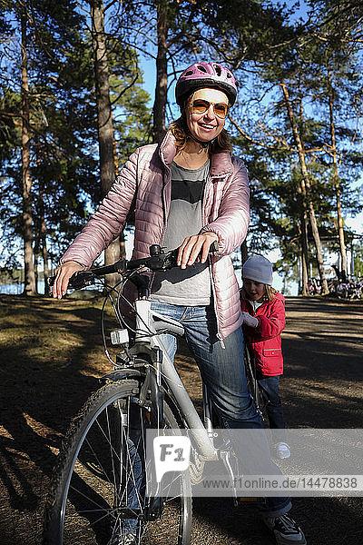 Finnland  Kuopio  Mutter und Tochter mit Fahrrad auf einem Waldweg
