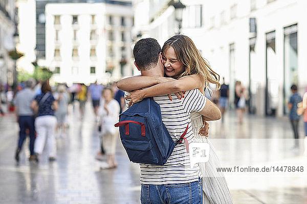 Spanien  Andalusien  Malaga  glückliches Paar umarmt sich in der Stadt