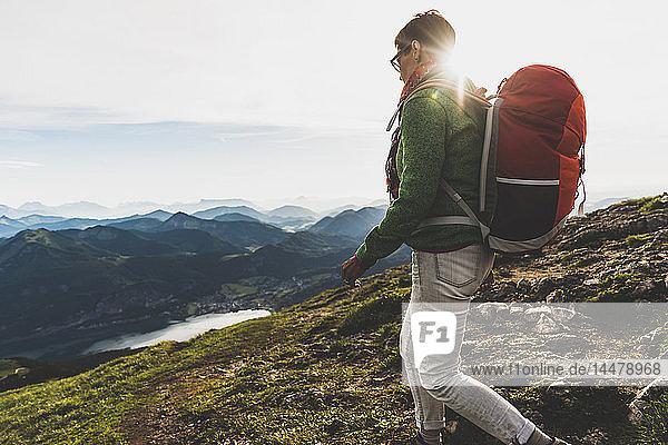 Österreich  Salzkammergut  Wanderer mit Rucksackwanderung in den Alpen