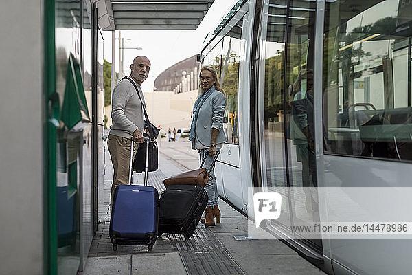Spanien  Barcelona  älteres Ehepaar mit Gepäck an der Straßenbahnhaltestelle in der Stadt