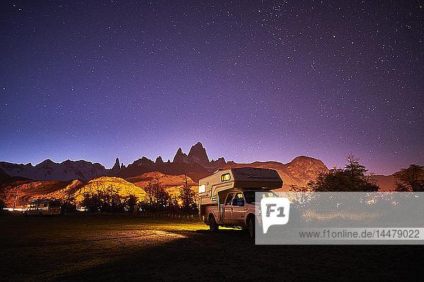 Argentinien  Patagonien  El Chalten  geparktes Wohnmobil vor Fitz Roy bei Nacht