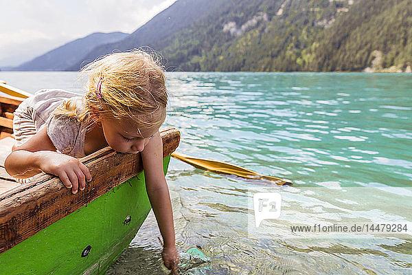 Österreich  Kärnten  Weissensee  Mädchen im Ruderboot mit der Hand im Wasser Österreich, Kärnten, Weissensee, Mädchen im Ruderboot mit der Hand im Wasser